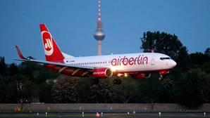 Un avión operado por la aerolínea alemana Air Berlin aterriza en el aeropuerto Tegel de Berlín