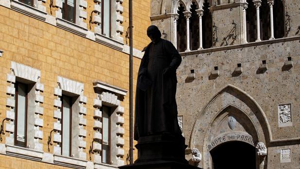 Entrada principal a la sede del Banco Monte dei Paschi en Siena