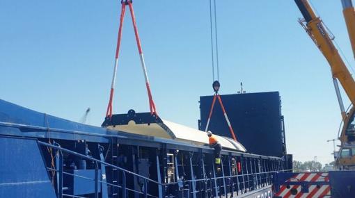 La carga es subida al barco que la transportará a Alemania