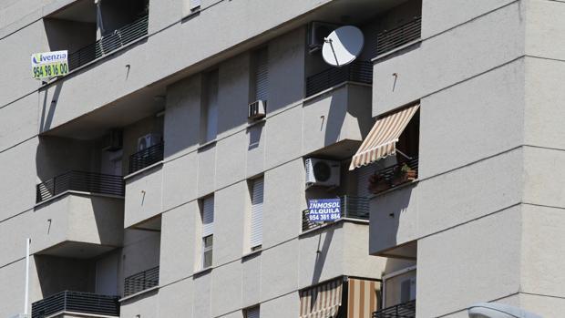 Cartel con ofertas en un bloque de pisos de Sevilla