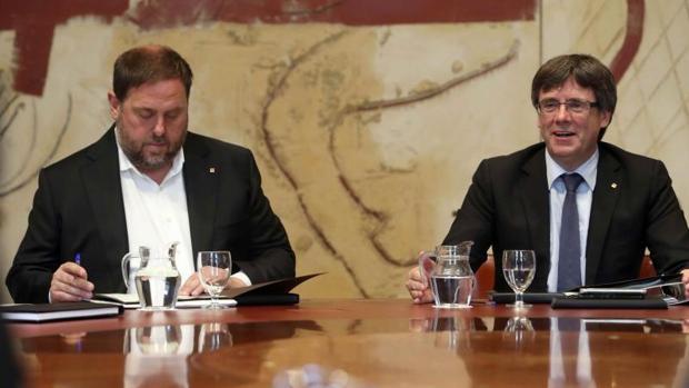 El presidente de la Generalitat, Carles Puigdemont (d), junto al vicepresidente, Oriol Junqueras (i)