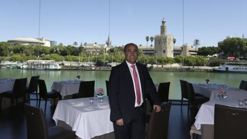 Antonio Martín en el interior del restaurante Abades Triana, con vistas a la Torre del Oro