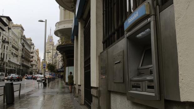 La banca fusiona su red de cajeros for Santander cajeros madrid