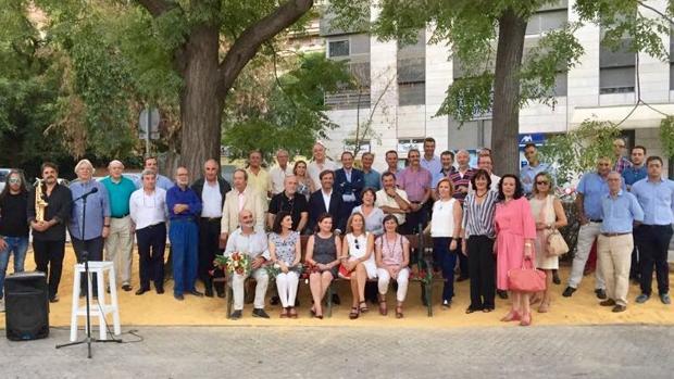 Familiares y amigos, en torno al banco memorial dedicado al ingeniero Miguel Vidal