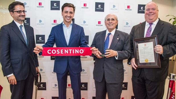 Eduardo Consentino, segundo por la izquierda, es el CEO de Cosentino North America