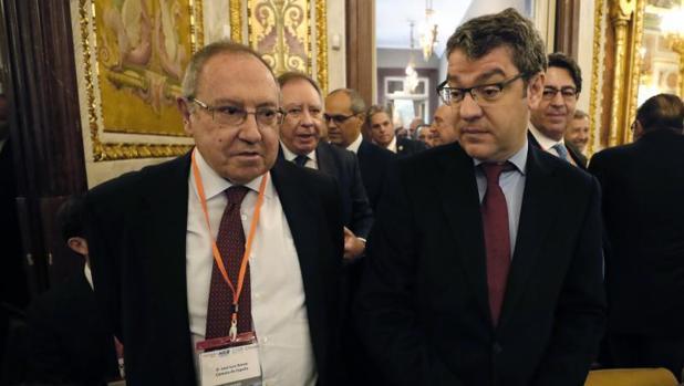 El ministro de Energía,, Álvaro Nadal (d), junto al presidente de la Cámara de Comercio, José Luis Bonet (i),