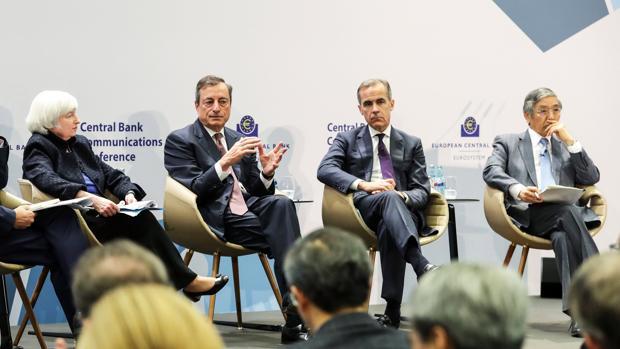 De izda a dcha: La presidenta de la Reserva Federal (Fed) Janet Yellen, el presidente del BCE Mario Draghi, el gobernador del Banco de Inglaterra, Mark Carney y su homólog japonés, Haruhiko Kuroda