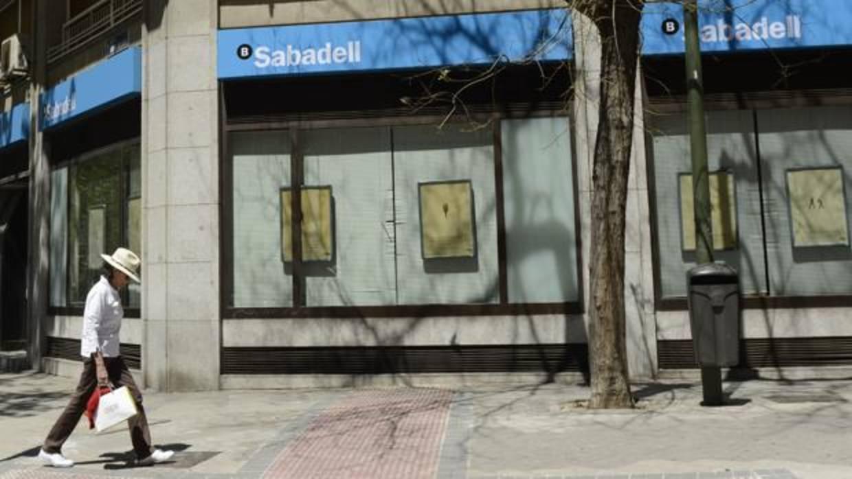 El sabadell cerrar 53 oficinas este mes para completar el for Oficinas santander granada