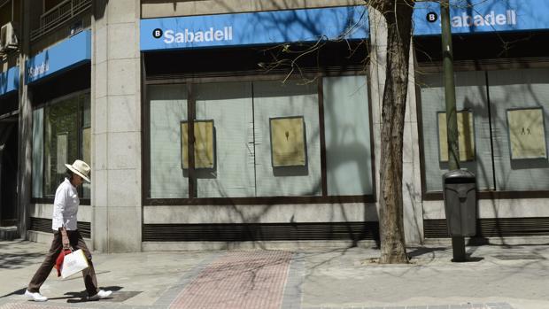 el sabadell cerrar 53 oficinas este mes para completar el