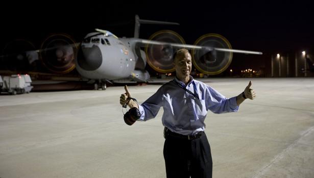 Tom Enders, con un avión militar A400M al fondo, en la línea de montaje de Sevilla