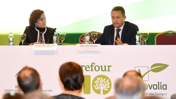 Evelyn Alcázar, directora internacional de Ecovalia, y Manuel Torreglosa, director de Relaciones Insitucionales de Carrefour en la Zona Sur