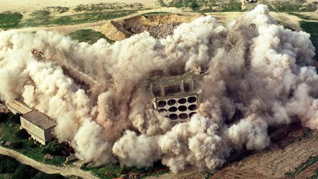 Secuencia de la voladura el 10 de enero de 2002 del antiguo hotel Atlanterra, en el término de Tarifa