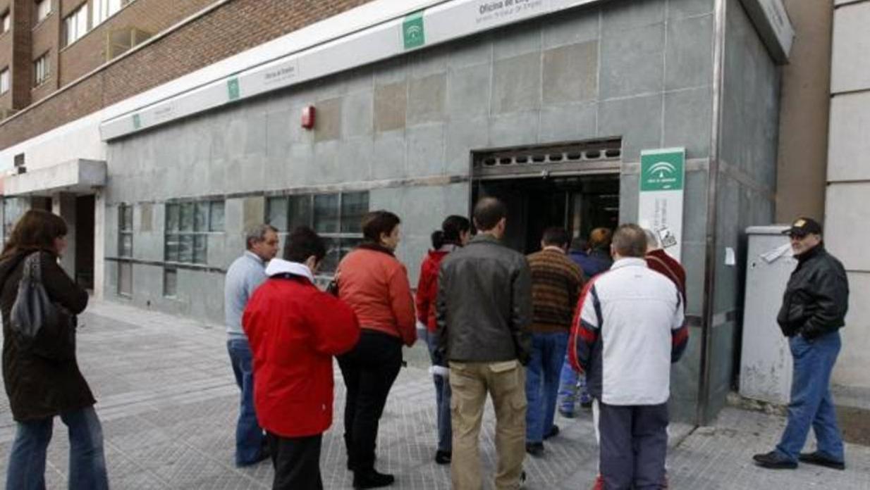 El paro subi en personas y la seguridad social for Oficina de empleo sevilla