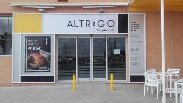 Entrada de la cafetería Altrigo que hoy se inaugura en Palomares del Ríos