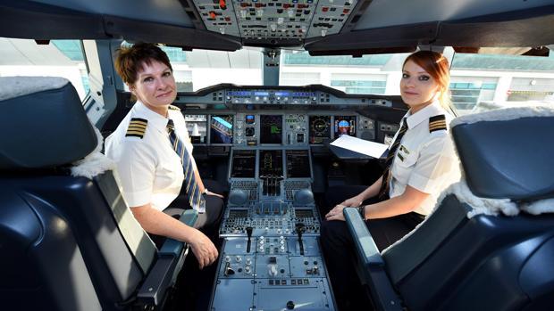 La comandante Patricia Bischoff y la primera oficial Rebecca Lougheed