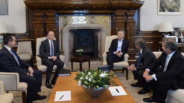 Mauricio Macri, presidente de Argentina (centro-derecha) y Jum Yong Kim, presidente del Banco Mundial (a su derecha) junto a otras autoridades representantes de la economía mundial