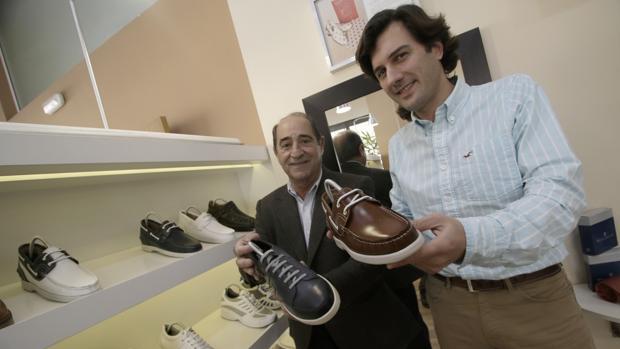 Andrés Ferreras, el fundador, y su sobrino Antonio Fagundo, consejero delegado, en la tienda de Sevilla