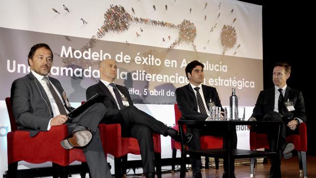 Ángel Haro, tercero por la izquierda, en las jornadas de APD y Deloitte