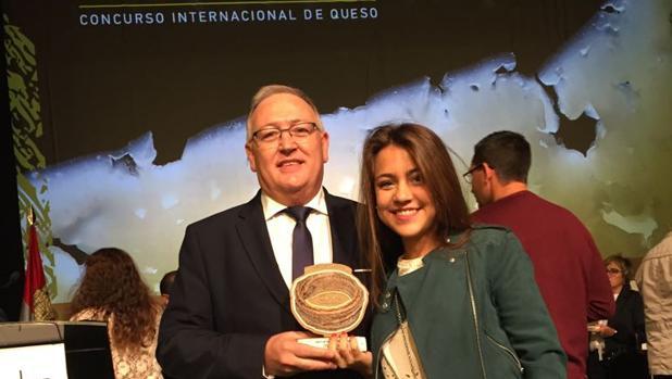 Mario Blasco Rey y su hija Paula con la medalla de oro a la torta del Casar en los Premios Cincho 2017
