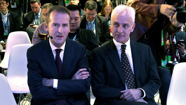 El ya expresidente de Volkswagen, Matthias Müller (i), junto a su sucesor, Herbert Diess (d)