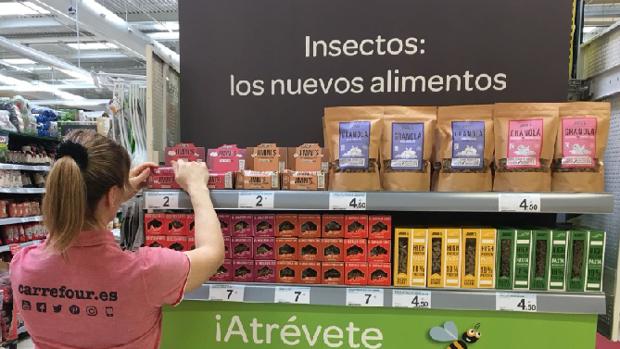 Estantería de Carrefour con alimentos a base de insectos
