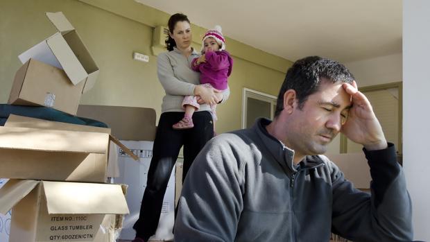 Unos padres que acaban de mudarse con su bebé