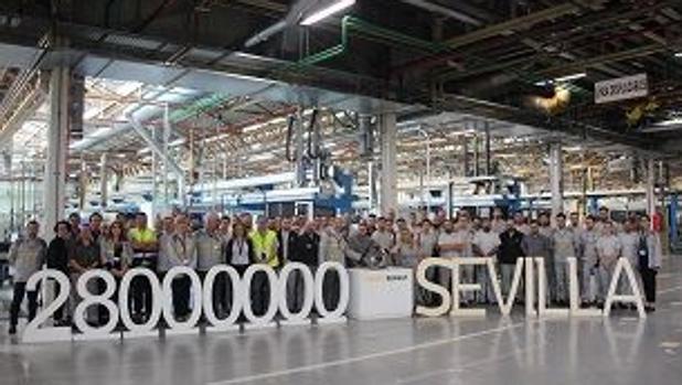 Los tranajadores celebran este nuevo hito en la fábrica de San Jerónimo