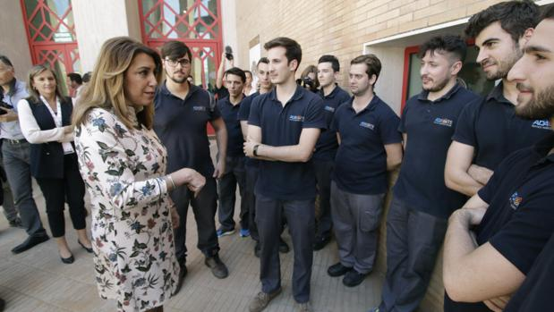 Susana Díaz conversa con alumnos de una esuela de formación aeronáutica de Sevilla