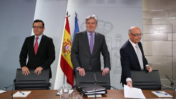 El ministro de Economía, Román Escolano, el portavoz del Gobierno, Íñigo Méndez de Vigo, y el ministro de Hacienda, Cristóbal Montoro