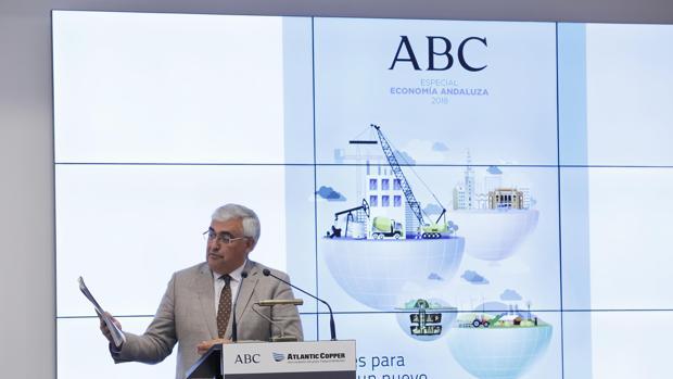 Ramírez de Arellano, con el ejemplar de la revista, durante el acto de presentación en la Casa de ABC