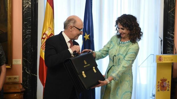 El exministro de Hacienda, Cristóbal Montoro, le entrega simbólicamente la cartera a su sucesora en el cargo María Jesús Montero
