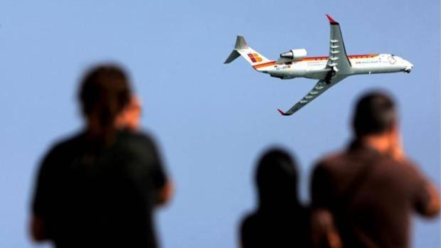 Un avión de Air Nostrum durante una exhibición en Valencia