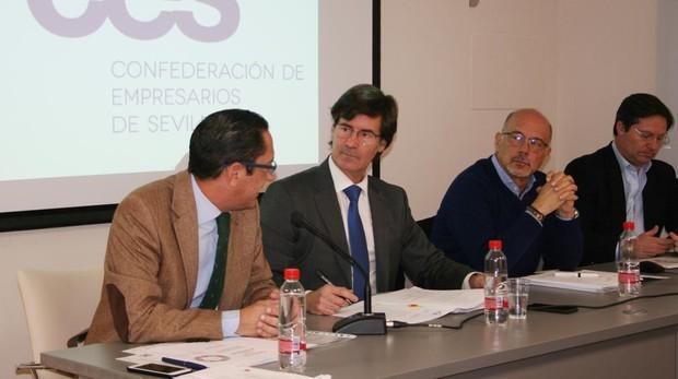 Miguel Rus (segundo por la izquierda), presidente de la CES, durante un acto