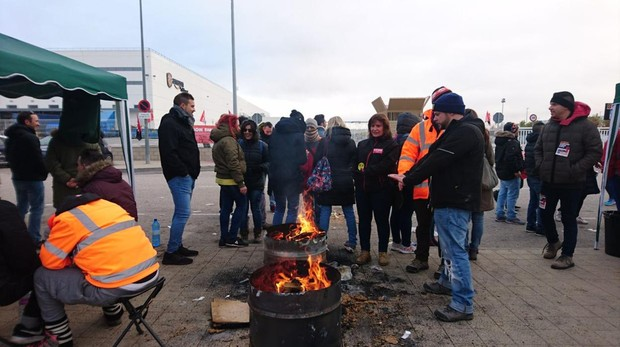 Concentración de trabajadores de Amazon en la puerta de su centro de San Fernando de Henares (Madrid)