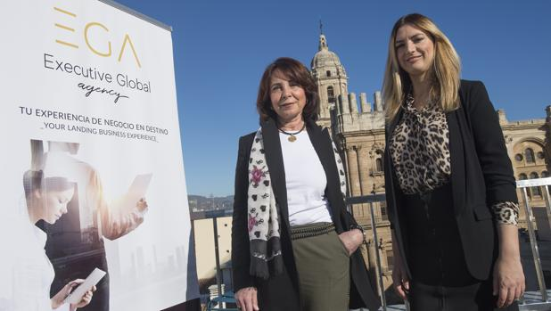 Esther Molina y Ana Morales, con la catedral de Málaga al fondo