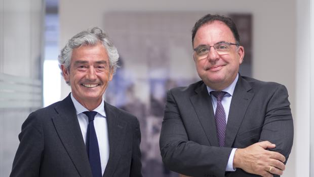 José María Pacheco, presidente del Grupo Konecta —a la izquierda— junto a Jesús Vidal Barrio, consejero delegado de la multinacional