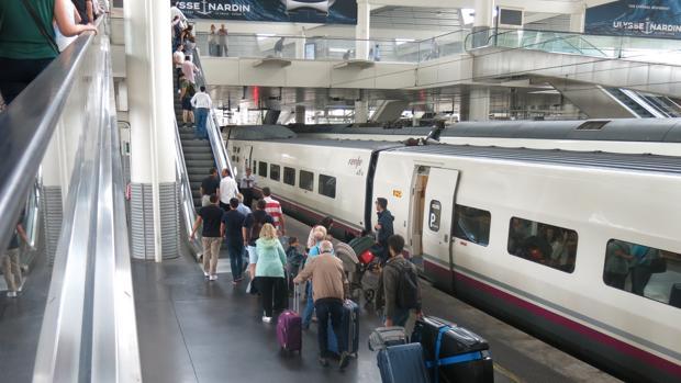 Un grupo de viajeros desciende del vagón tras viajar en AVE