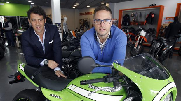 Álvaro Morillo (Balck Oak) e Ignacio Pascual de Castro (Todomoto) en el concesionario Green Motor