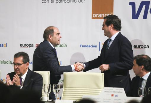 Lorenzo Amor y Antonio Garamendi se estrechan la mano al inicio del acto en Sevilla