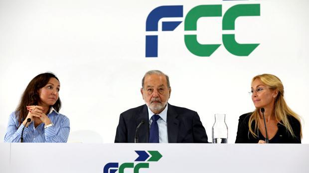 (De izda a dcha) Esther Koplowitz, presidenta de FCC , el máximo accionista de la constructora Carlos Slim y la consejera Alicia Koplowitz