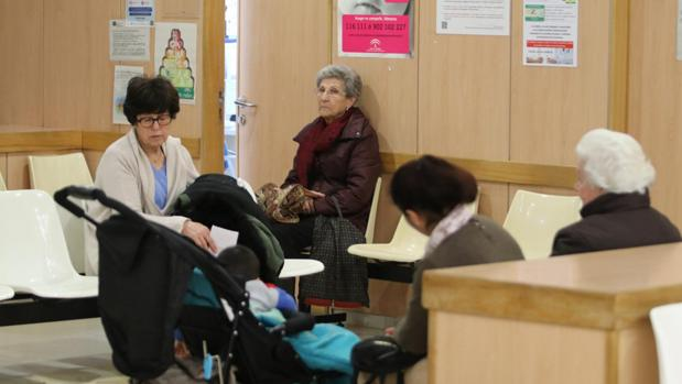 Pacientes esperan en una consulta de atención primaria en Córdoba