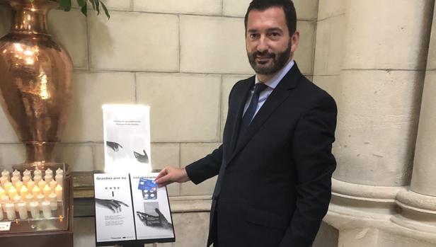 Santiago José Portas Alés, responsable de Instituciones Religiosas de Banco Sabadell, junto a uno de los atriles electrónicos para recogida de donativos