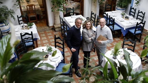 Alberto, Isabel y Paco Rosales posan en el patio del restaurante Puerta Sevilla