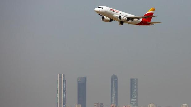 Avión de Iberia sobrevolando la ciudad de Madrid