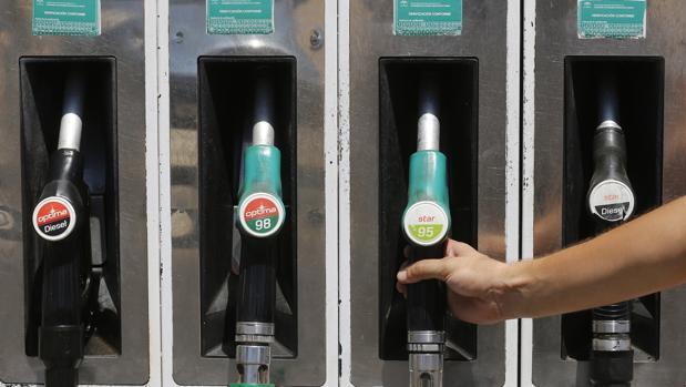 El «efecto pluma y cohete» en los precios de los carburantes