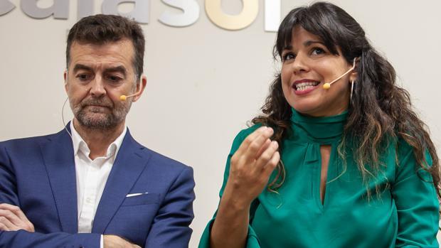 Antonio Maíllo y Teresa Rodríguez este jueves en un desayuno informativo esta mañana en Sevilla