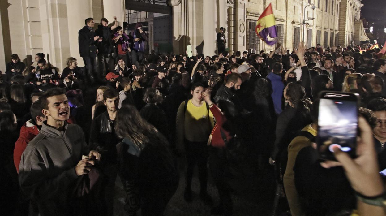 Resultado de imagen de manifestacion sevilla vox universidad