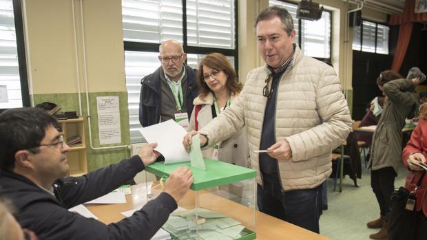El alcalde, el socialista Juan Espadas, votando en su barrio