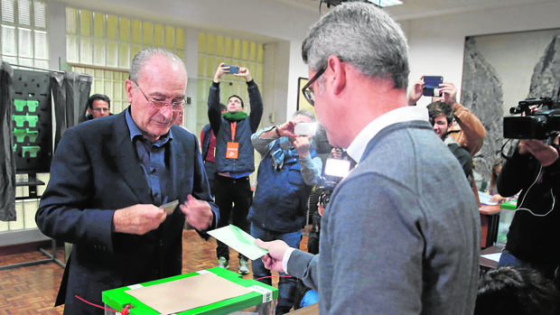 El alcalde de Málaga, Francisco de la Torre, votando el pasado domingo