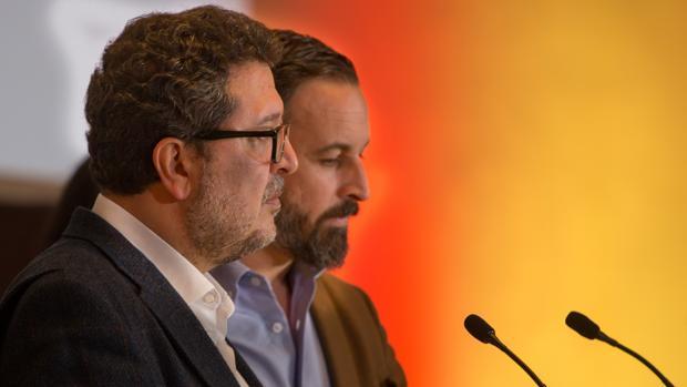 Francisco Serrano, en un primer plano, delante de Santiago Abascal, líder nacional de VOX